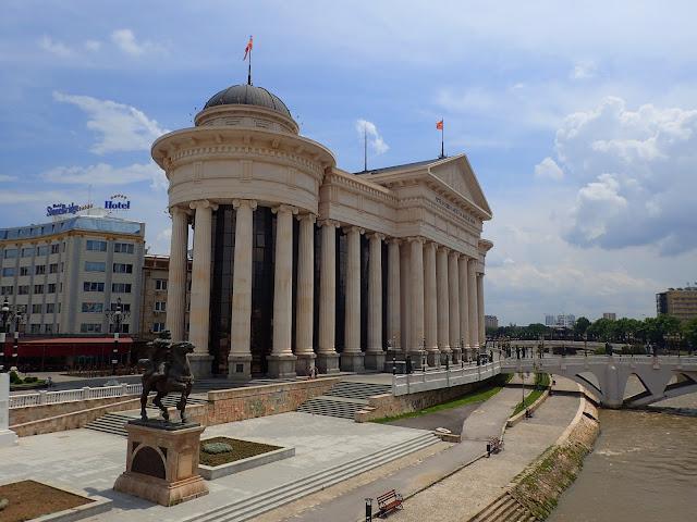 Rządowa dzielnica macedońskiej stolicy; budynki poobkładane białymi marmurami