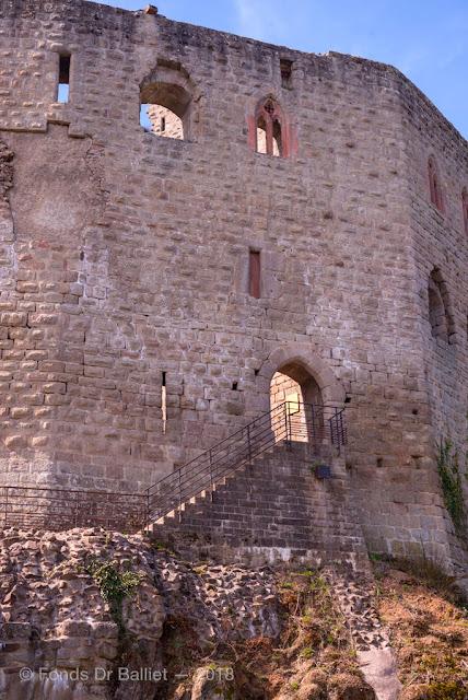 L'accès au haut-château depuis la basse-cour