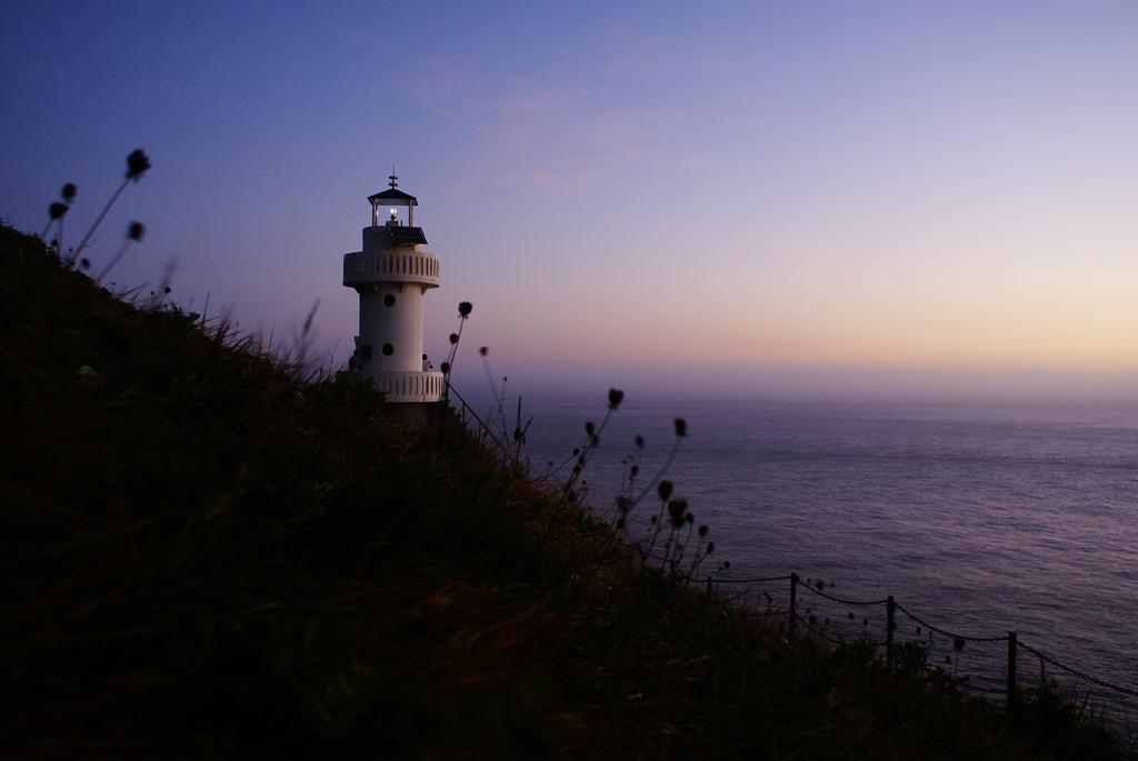 Pequeno farol em uma encosta, com o mar e o céu lusco-fusco ao fundo ilustra este post sobre o Shijing, o Livro das Canções.