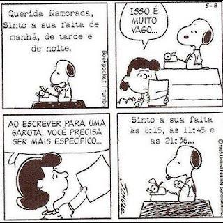 Tira da história em quadrinhos Peanuts, do cartunista Charles Schulz, com quatro quadros, dois personagens e falas em balões – Snoopy o cãozinho beagle de Charlie Brown é extremamente inteligente. Apesar de não falar, de vez em quando externaliza seus pensamentos para os leitores. Ele é branco com orelhas pretas, olhos miúdos e focinho com uma bolinha preta na ponta. A cabeça dele tem o formato de um feijão, o corpo tem poucas manchas pretas e as patas são curtas. Lucy é uma garota mandona e egoísta demais. Vive tirando sarro da cara de Charlie Brown e tem uma paixão não-correspondida por Shchroeder. Ela tem rosto redondo, cabelos crespos curtos e escuros, olhos miúdos, nariz pequeno em C entre os olhos e a boca é um risco. Quadro 1- Snoopy está concentrado, sentado no telhado da sua casinha, ele estende as patinhas em direção à máquina de escrever, no topo do quadrinho lê-se: Querida namorada, sinto sua falta de manhã, de tarde e de noite. Quadro 2- Snoopy sentado no telhado da casinha observa abaixo, Lucy que segura a carta, ela lê e comenta séria: Isso é muito vago... Quadro 3- Lucy devolve a carta e aconselha: Ao escrever para uma garota, você precisa ser mais específico... Quadro 4- Snoopy começa outra carta: Sinto a sua falta às 8:15, às 11:45 e às 21:36...