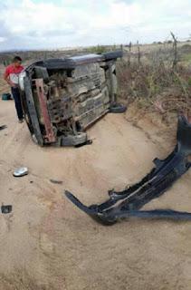 Motorista sobe barranco e capota veículo no município de Picuí