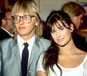 Foto de Freddy Moore con lentes junto a Demi Moore