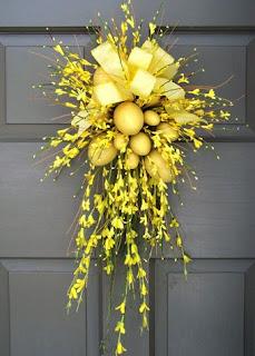 fuori porta con uova decorate e fiori freschi
