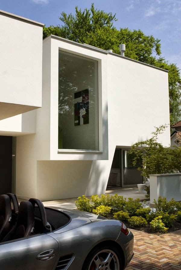 White facade on Modern home by Clijsters Architectuur Studio