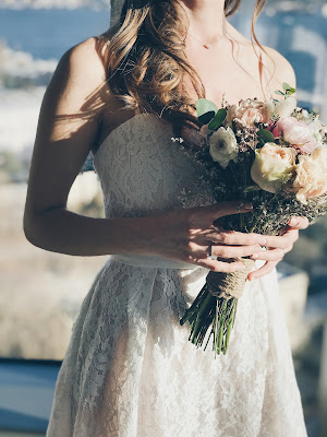 suknia%2B%25C5%259Blubna%2Bkoronka - Jakie suknie ślubne są modne w tym sezonie?