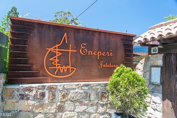 Entrada al restaurante Eneperi en San Juan de Gastelugatxe