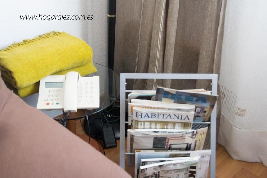 Rincón de mi salón con el teléfono y revistas