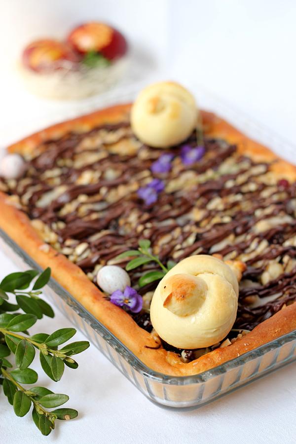 mazurek drożdżowy z bakaliami i polewą czekoladową