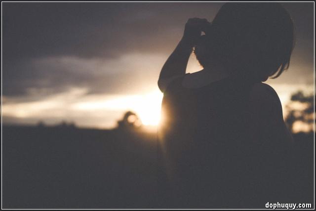cô gái buồn trong chiều hoang
