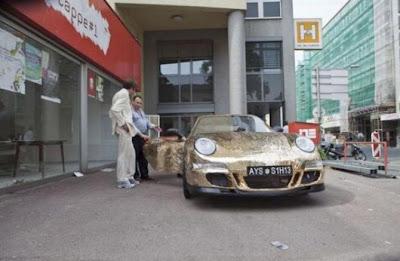 Porsche casero hecho con cartón y cinta.
