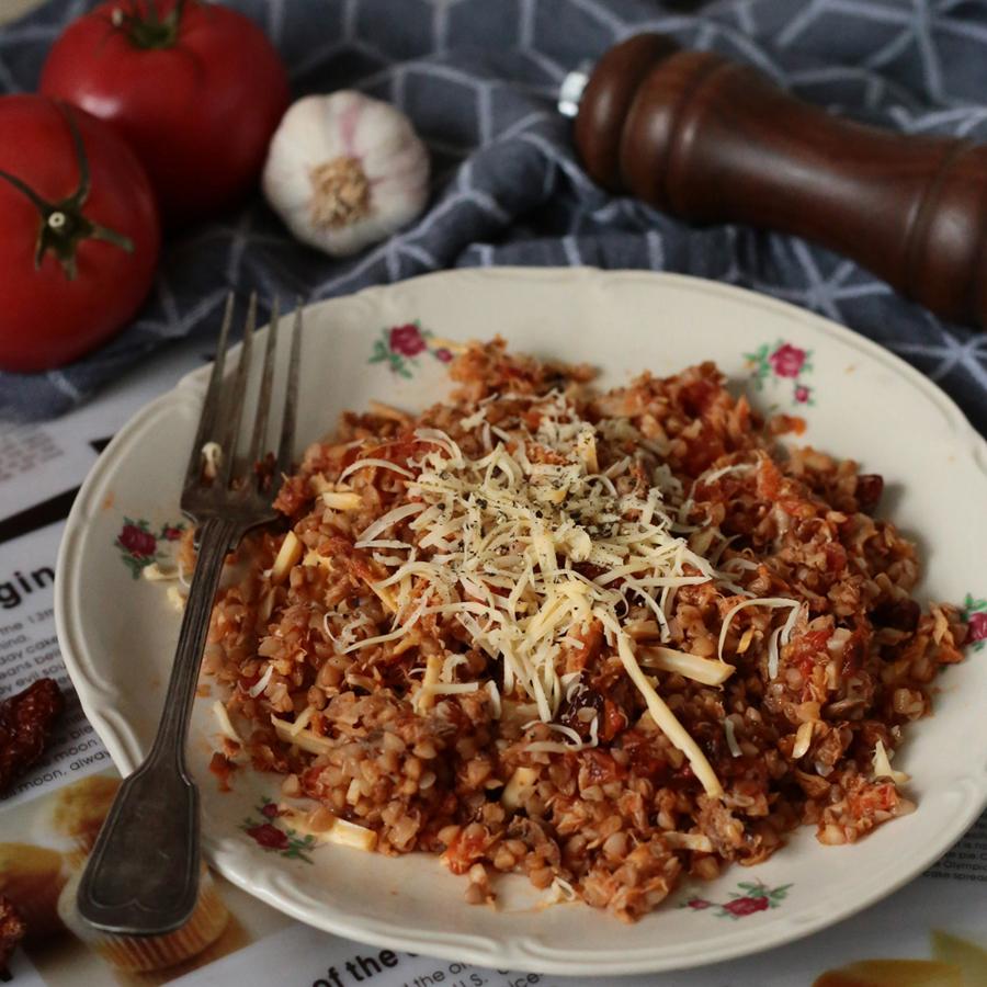 Kasza gryczana z wędzoną makrelą w pomidorach.