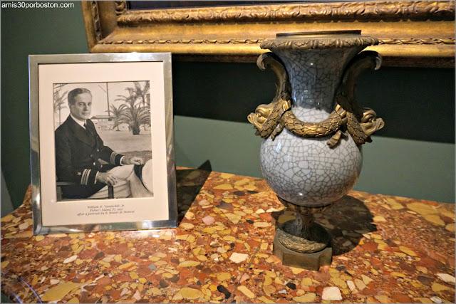Foto de Harold en la Sala de Trofeos de Marble House, Newport
