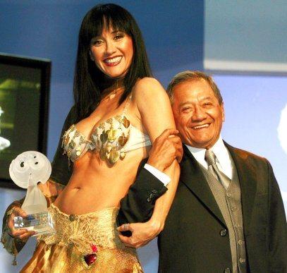 Foto de Susana Zabaleta junto al cantante Armando Manzanero