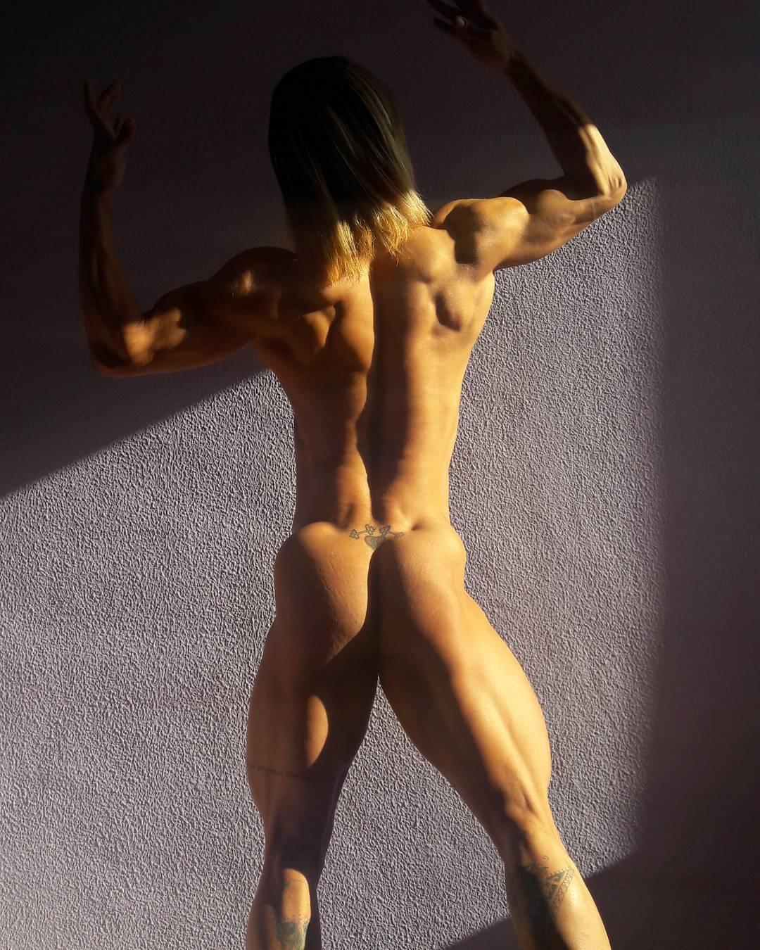 Atleta Janaina Lomeu mostra o corpo sarado em nude. Foto: Arquivo pessoal