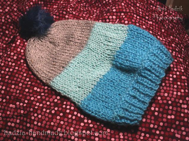 636. Trzykolorowa czapka z pomponem