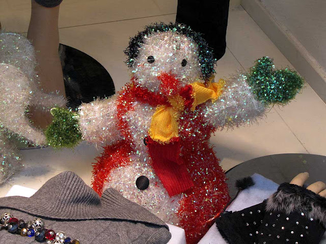 Tricolor snowman, shop window, via Ricasoli, Livorno