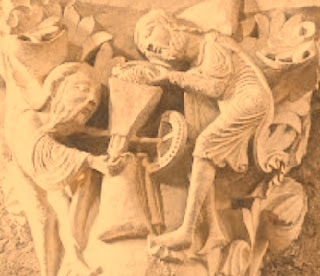 Pahatan menggambarkan semua peritiwa dalam kehidupan yang berhubungan dengan religi. Selama masa Romanesque pelukisan atau gambar tentang peristiwa-peristiwa tersebut kurang tampak hidup. Hasilnya, seni pahat Romanesque tidak terlihat naturalistik. Berbeda dengan para pemahat gaya Gothik. Sebelum mulai memahatt, mereka pahat secara cermat dan naturalistik. Mereka melihat dan mengamati kedetailan lekuk-lekuk anatominya. Baru setelah itu mereka mulai memahat. Satu hal yang khas yang terdapat pada seni pahat Gothik adalah penampilannya yang kaku.