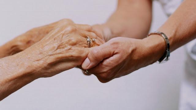 Envelhecimento da população aumenta a demanda por cuidadores