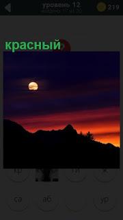 красный закат и только видна луна в небе