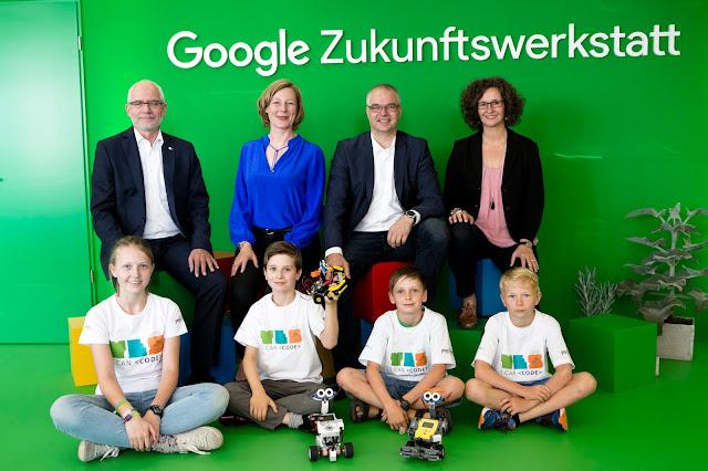 Gruppenbild aller Teilnehmerinnen und Teilnehmer beim Startschuss der Google Zukunftswerkstatt.