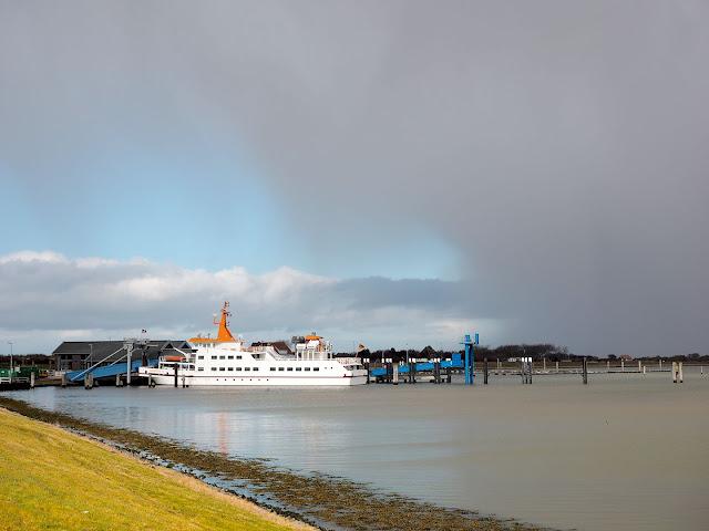 Langeoog, Hafen, Fährschiff, Wolken, Regen