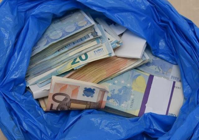 Έφοδος της Αστυνομίας σε σπίτι που διέμεναν Ρομά - Πετούσαν σακούλες σκουπιδιών με χρήματα από τα παράθυρα