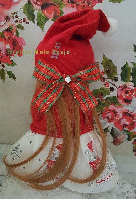 skarpetkowa lalka, lalka ze skarpetki, lalka ręcznie szyta, skarpetki dziecięce, zabawki ze skarpetki, zabawki ręcznie zrobione, herbaciane róże, kryształki dekoracyjne, lalka ręcznie szyta, zima, boże narodzenie, zimowa lalka, niebieskie ubranie, prezent ręcznie robiony, pomysł na prezent pod choinkę, prezenty bożonarodzeniowe, Mikołaj, święty Mikołaj, Mikołajki, prezent na Mikołajki, lalka pani Mikołajowa, Pani Mikołajowa zabawka,sock doll, doll with socks, handmade doll, children's socks, toys with socks, hand-made toys, tea roses, decorative crystals, handmade doll, winter, Christmas, winter doll, blue clothing, handmade gift, gift idea under the Christmas tree, Christmas gifts, Santa Claus, Saint Nicholas, Santa Claus, Santa Claus gift, Mrs. Santa Claus doll, Mrs. Santa Claus toy, muñeca de calcetín, muñeca con calcetines, muñeca hecha a mano, medias para niños, juguetes con calcetines, juguetes hechos a mano, rosas de té, cristales decorativos, muñeca hecha a mano, invierno, navidad, muñeca de invierno, ropa azul, regalo hecho a mano, idea de regalo debajo del árbol de Navidad, regalos de Navidad, Papá Noel, San Nicolás, Papá Noel, regalo de Papá Noel, muñeca de la Sra. Papá Noel, juguete de la Sra. Papá Noel,Sockenpuppe, Puppe mit Socken, handgefertigte Puppe, Kindersocken, Spielzeug mit Socken, handgefertigtes Spielzeug, Teerosen, dekorative Kristalle, handgefertigte Puppe, Winter, Weihnachten, Winterpuppe, blaue Kleidung, handgemachtes Geschenk, Geschenkidee unter dem Weihnachtsbaum, Weihnachtsgeschenke, Weihnachtsmann, Nikolaus, Weihnachtsmann, Weihnachtsmann Geschenk, Frau Weihnachtsmann Puppe, Frau Weihnachtsmann Spielzeug,  кукла с носками, кукла ручной работы, детские носки, игрушки с носками, игрушки ручной работы, чайные розы, декоративные кристаллы, кукла ручной работы, зима, рождество, зимняя кукла, синяя одежда, подарок ручной работы, идея подарка под рождественской елкой, рождественские подарки, Санта-Клаус, Святой Николай, Дед Мороз, подарок Сан