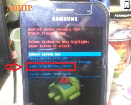 Pilih wipe data factory reset di menu recovery Samsung j1 ace.