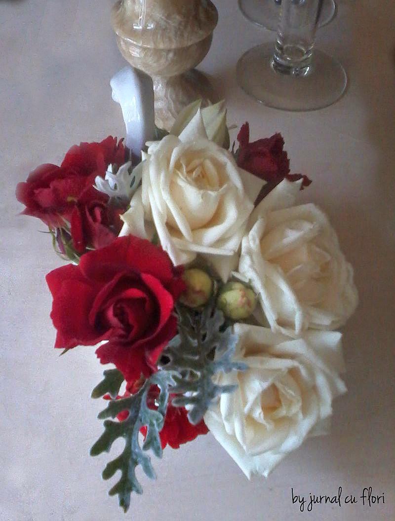 aranjament in lebada cu trandafiri albi si rosii botez