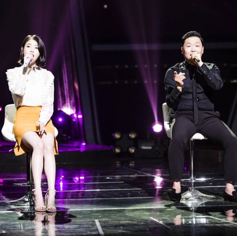PSY打8通電話邀IU同台 首合作「網友跪著聽」強推