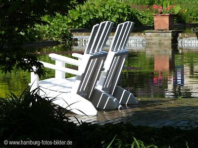 weiße Stühle mit Wasser und Wasserfällen
