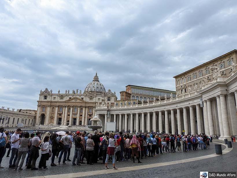 Fila para entrar na Basílica de São Pedro - Como ver o papa no Vaticano