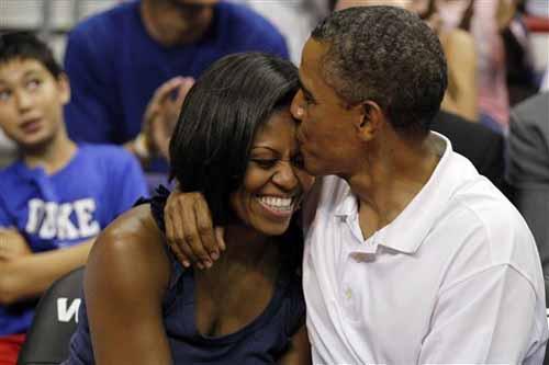 obamas_kissing_wizards_basketball_game3.