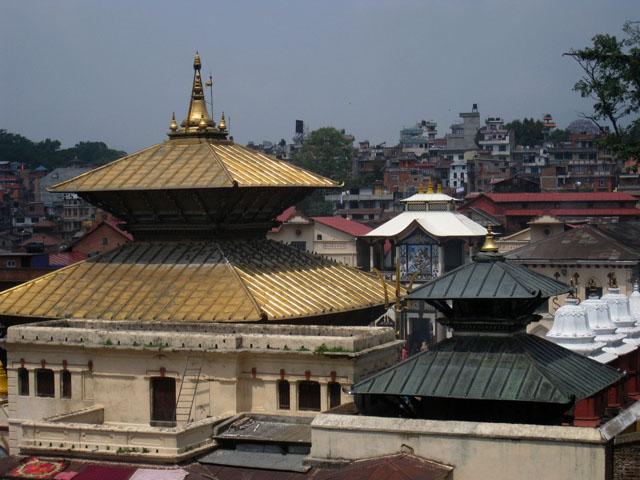 El tridente dorado de Shiva asoma entre los edificios del templo Pashupatinath