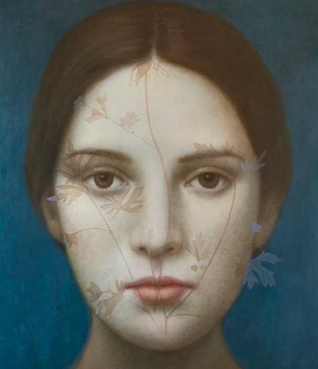 Obra de arte: retrato de una joven con mirada fija al espectador con detalles naturalistas en el rostro: hojas de plantas. Fondo azul turquesa.