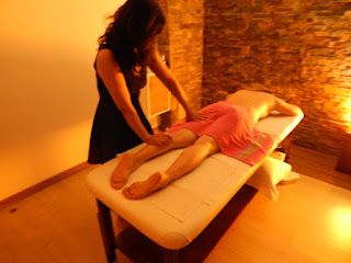 Nuna asian masseuse massaging buttocksTwin muscle in massage center Hâi, La Malagueta, Malaga
