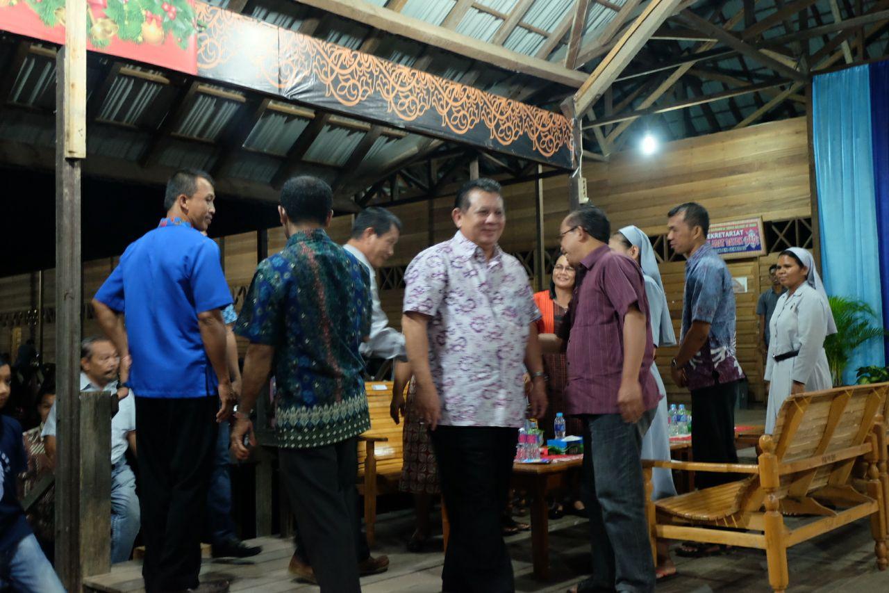 Acara Paskah Bersama ini juga dihadiri Wakil Bupati, Bupati Sekadau Periode 2005-2010-2010-2015, Anggota DPRD Kabupaten Sekadau.