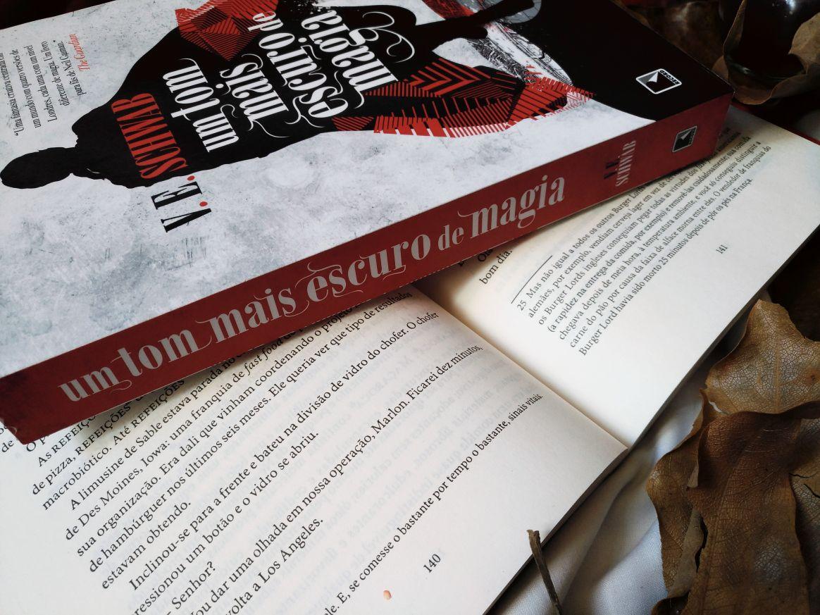 LIVRO UM TOM MAIS ESCURO DE MAGIA - Victoria Schwab - EDITORA RECORD