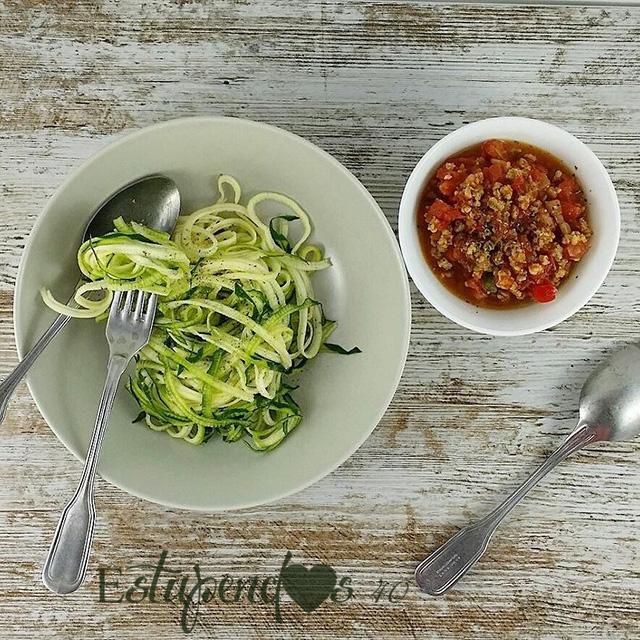 espaguetis-de-calabacin-con-boloñesa-de-soja