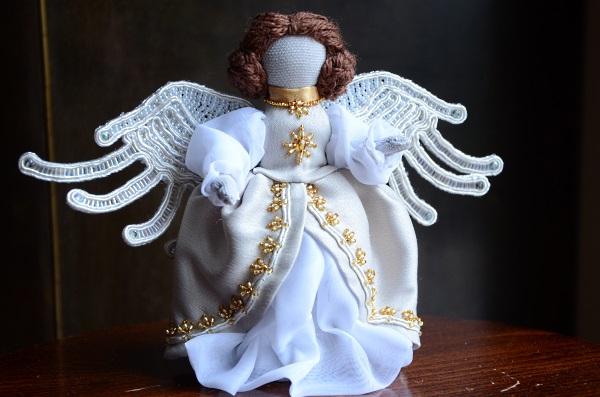 Ręcznie szyty aniołek ze skrzydłami sutasz.