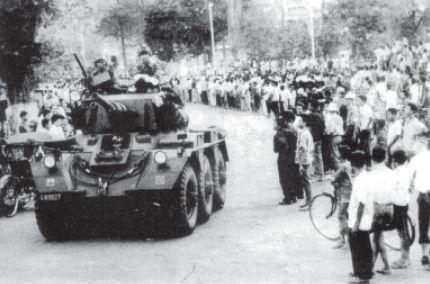 Tank prajurit TNI melintas di sebuah jalan di daerah Surakarta dalam rangka menumpas gerakan PKI pada tahun 1965.