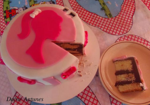 Bolo da Barbie com pasta americana rosa - cake fondant