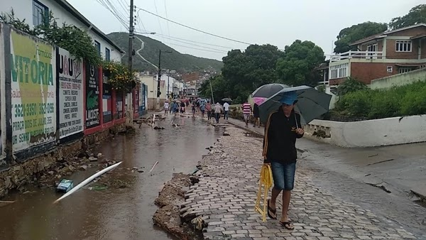 No centro da cidade parte do cais do Rio do Ouro foi levado pelas águas.