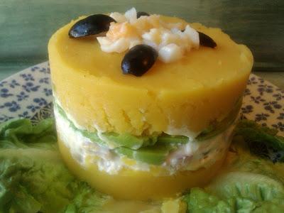 Causa limeña cocina receta gastronomia peruana patatas pollo ají amarillo cebolla roja aguacate