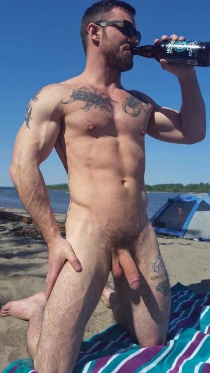 Resultado de imagem para homens na praia de nudismo