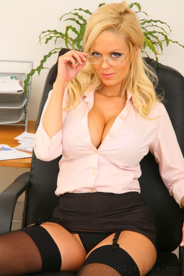 Аппетитные дамы в офисе секретарша фото