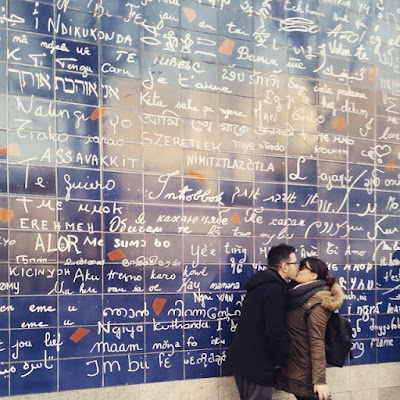 amoureux devant le mur des je t'aime