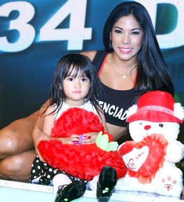 Foto de Karen Dejo acompañada de su hija