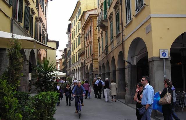 Rua Borgo Stretto em Pisa
