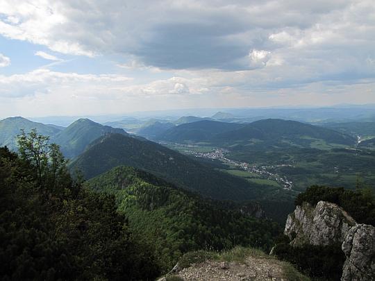 Widok ze szczytu Małego Rozsutca w kierunku Terchowej.